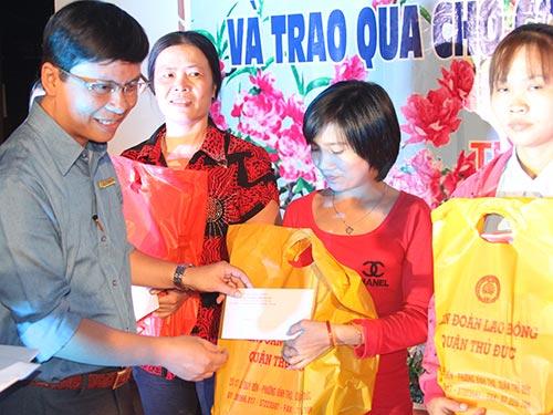 Ông Nguyễn Thanh Bình - Chủ tịch LĐLĐ quận Thủ Đức, TP HCM - trao quà cho công nhân không có điều kiện về quê ăn Tết Ảnh: Sỹ Đông
