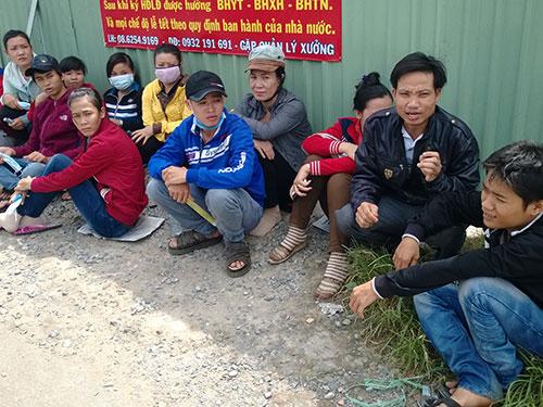 """Công nhân Công ty TNHH Ngọc Minh Tâm phải ngồi ngoài cổng vì bị giám đốc """"cấm cửa"""""""