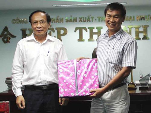 Ông Phan Ngọc Minh, Bí thư Quận ủy quận 6 (trái), trao quà lưu niệm cho giám đốc Công ty CP Nhựa Hiệp Thành