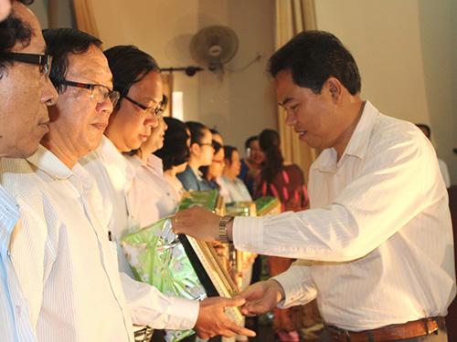 Ông Giang Văn Nam, Chủ tịch LĐLĐ quận Gò Vấp, TP HCM, trao giấy khen cho cá nhân xuất sắc