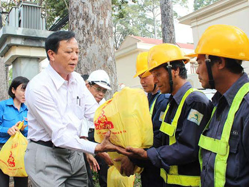Ông Nguyễn Hữu Phát, Phó Bí thư Thường trực Đảng ủy Sở GTVT, tặng quà cho công nhân