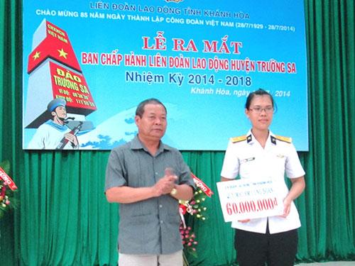 Ông Trần Văn Lý, Phó Chủ tịch Tổng LĐLĐ Việt Nam, trao tiền cho chị Trần Thị Thủy