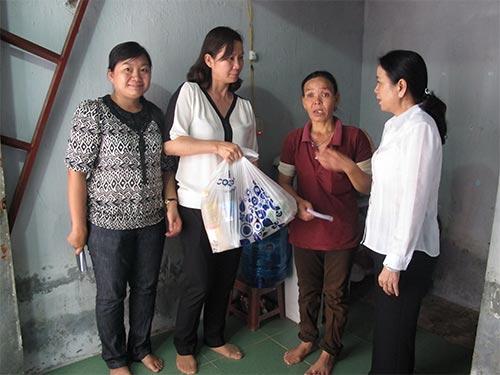 Bà Nguyễn Thị Ánh Thu - Chủ tịch LĐLĐ huyện Củ Chi, TP HCM (thứ hai từ trái qua) - tặng quà cho công nhân khó khăn ẢNH: AN KHÁNH