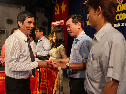 Ông Nguyễn Văn Khải, Phó Chủ tịch Thường trực LĐLĐ TP HCM, trao cờ thi đua cho các CĐ cơ sở xuất sắc