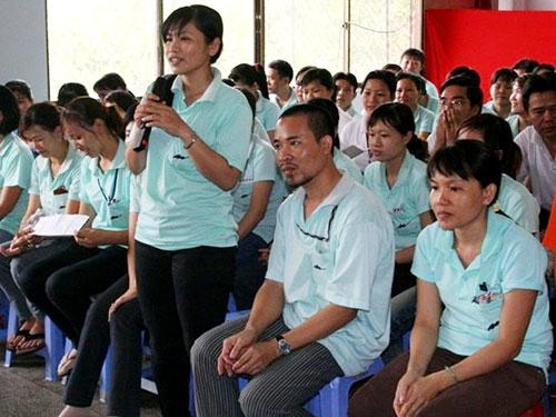 Công nhân Công ty TNHH Domex (KCX Linh Trung I, quận Thủ Đức, TP HCM) đề đạt nguyện vọng tại một buổi đối thoại Ảnh: AN KHÁNH
