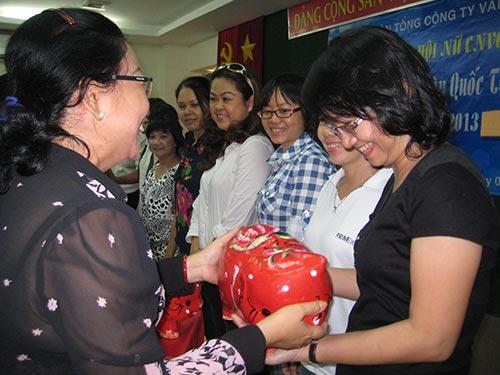 Bà Nguyễn Thị Thu Thảo, Phó Ban Nữ công LĐLĐ TP HCM, trao heo đất cho các CĐ cơ sở thuộc Tổng Công ty Văn hóa Sài Gòn