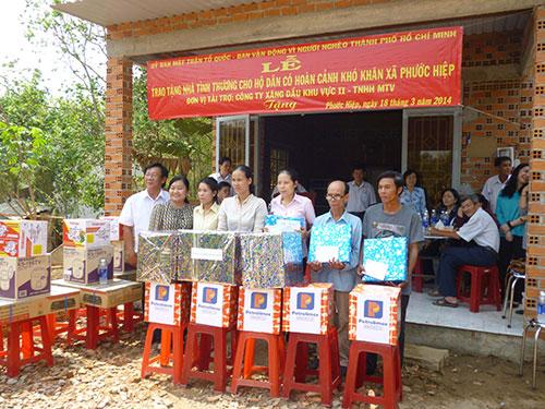 Đại diện LĐLĐ huyện Củ Chi chung vui cùng các đoàn viên  Công đoàn được nhận nhà tình thương