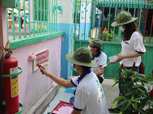 Người lao động Công ty TNHH Điện tử Samsung Vina sơn hàng rào Trường Mầm non Sen Hồng