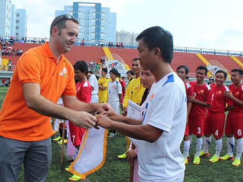 Ông Noel Kinder, Tổng Giám đốc Công ty TNHH Nike Việt Nam, trao cờ lưu niệm cho các đội bóng