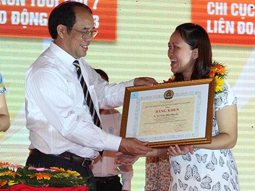 Ông Nguyễn Văn Ngàng, Phó Chủ tịch Tổng LĐLĐ Việt Nam, trao bằng khen vinh danh CNVC-LĐ tiêu biểu của TP HCM