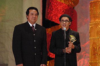 Ông trao giải cho NSƯT Thành Lộc vào năm 1997