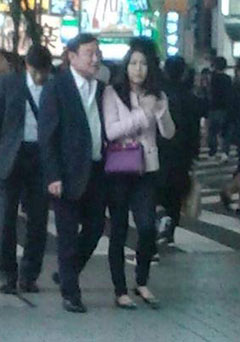 Cựu Thủ tướng Thaksin đi dạo cùng một phụ nữ tại Tokyo. Ảnh: Bangkok Post