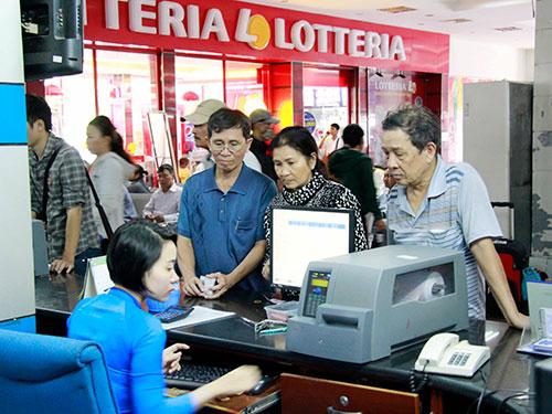 Hành khách hỏi mua vé tại ga Sài Gòn ngày 17-11 Ảnh: HOÀNG TRIỀU