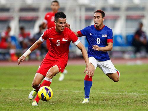 Trung vệ Bin Khaizan (5), một trong những trụ cột còn sót lại của đội hình vô địch năm 2012  Ảnh: REUTERS