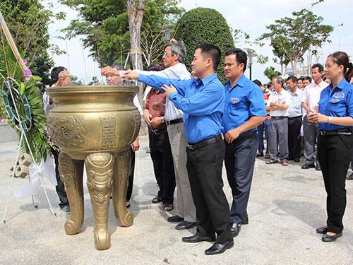 Các đại biểu thắp hương tại Đài Tưởng niệm nữ anh hùng Võ Thị Sáu tại huyện Long Đất, tỉnh Bà Rịa - Vũng Tàu