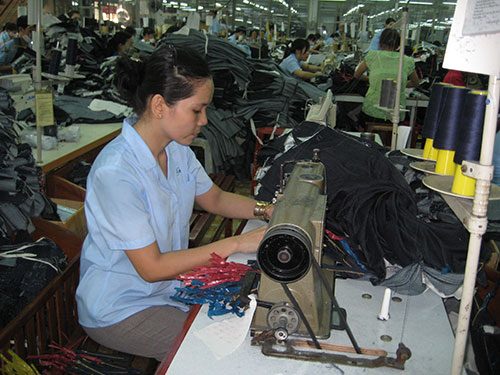 Công nhân Công ty CP May Sài Gòn 3 mong muốn mọi việc sớm được giải quyết, sản xuất kinh doanh ổn định. Ảnh: HÀ NGÂN