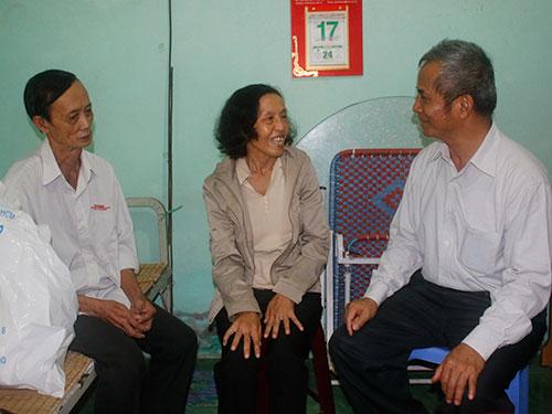 Ông Đặng Ngọc Tùng, Chủ tịch Tổng LĐLĐ Việt Nam (phải), thăm hỏi thành viên vay vốn CEP tại tỉnh Vĩnh Long