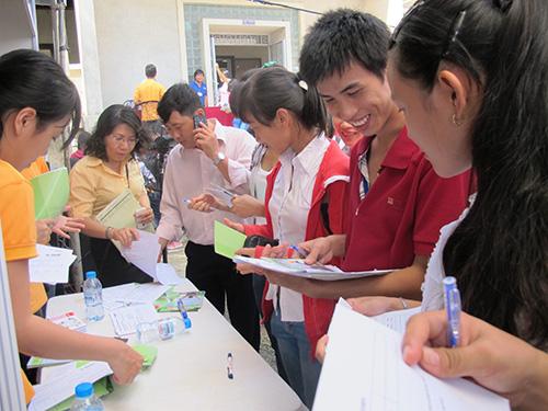 Sinh viên tham gia Ngày hội Việc làm do Trường ĐH Nông Lâm TP tổ chức năm 2013