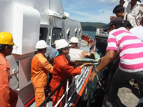 Một ngư dân bị tai nạn trên biển được đưa vào bờ cấp cứu ở tỉnh Khánh Hòa