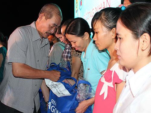 Ông Lê Hồng Triều, Giám đốc Cung VHLĐ TP HCM, trao quà cho công nhân khó khăn