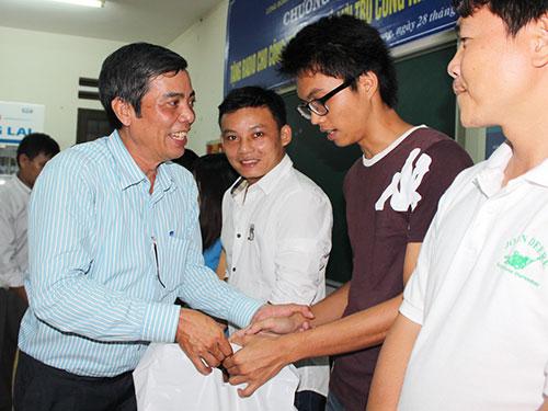 Ông Nguyễn Văn Khải, Phó Chủ tịch Thường trực LĐLĐ TP HCM, trao quà và radio cho công nhân