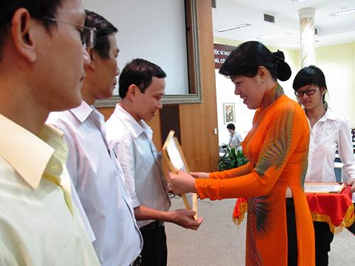 Bà Nguyễn Trần Phượng Trân, Phó Chủ tịch LĐLĐ TP, trao bằng khen cho các cá nhân, tập thể xuất sắc