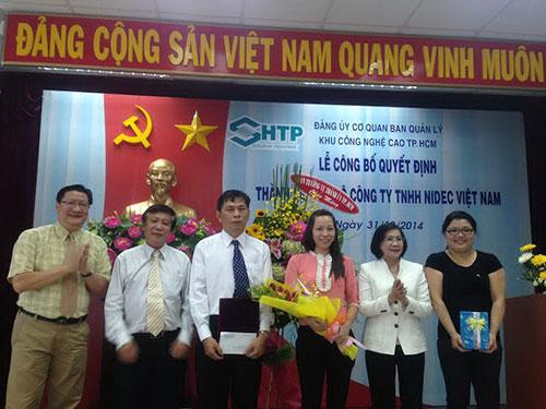 Bà Nguyễn Thị Thu Hà - Ủy viên Trung ương Đảng, Phó Bí thư Thành ủy TP HCM (thứ hai từ phải sang) - tặng hoa chúc mừng chi bộ