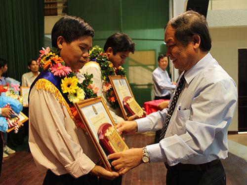 Ông Nguyễn Văn Tín, Phó Ban Dân vận Thành ủy TP HCM, trao bằng khen cho các thí sinh đoạt giải cao