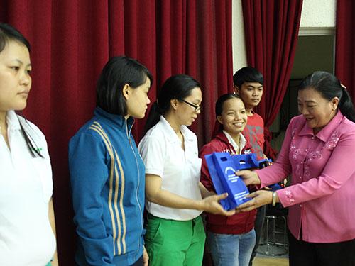 Bà Nguyễn Thị Bích Thủy, Phó Chủ tịch LĐLĐ TP HCM, trao radio cho công nhân tại Khu Công nghệ cao
