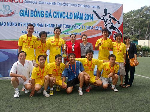 Ban tổ chức trao cúp vô địch cho đội Công ty CP Tư vấn - Xây dựng - Giao thông  Mê Kông