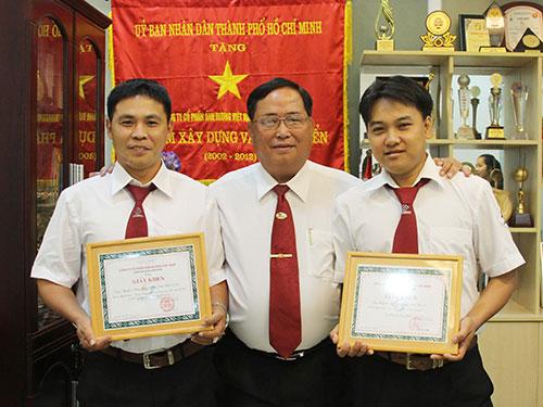Ông Tạ Long Hỷ, Phó Tổng Giám đốc Vinasun (giữa), tặng giấy khen và tiền thưởng cho 2 tài xế