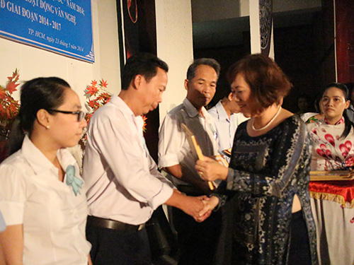 Bà Nguyễn Thị Thu Dung, Phó Chủ tịch CĐ Viên chức TP HCM, trao giấy khen cho các tập thể