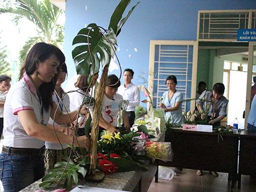 Các thí sinh thi cắm hoa