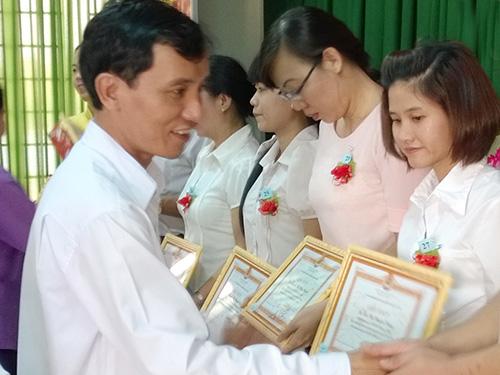 Ông Huỳnh Văn Tuấn, Chủ tịch LĐLĐ huyện Hóc Môn, trao giấy khen cho các cá nhân tiêu biểu