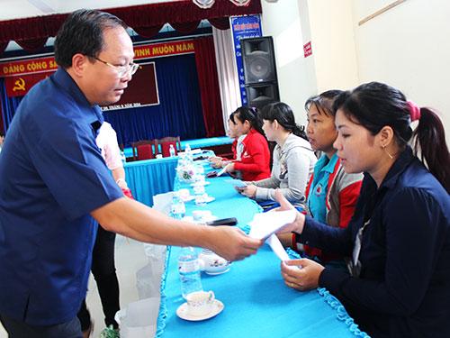Ông Tất Thành Cang, Phó Chủ tịch UBND TP HCM, trao tiền hỗ trợ công nhân Công ty Bách Hợp