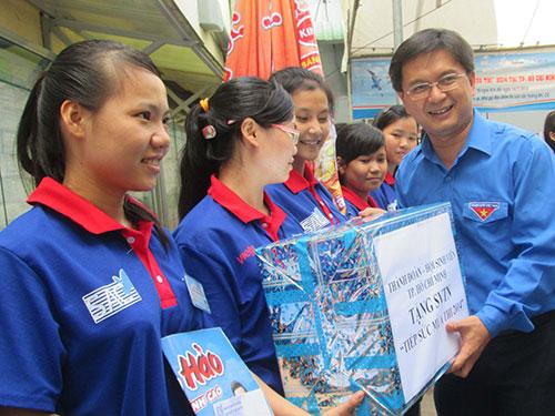 Ông Nguyễn Mạnh Cường, Bí thư Thành đoàn TP HCM, trao quà cho sinh viên tình nguyện