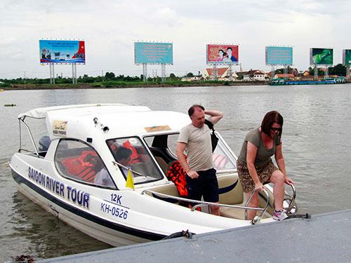 Tàu chở khách du lịch của Saigon River Tour tại bến Bạch Đằng Ảnh: HOÀNG TRIỀU