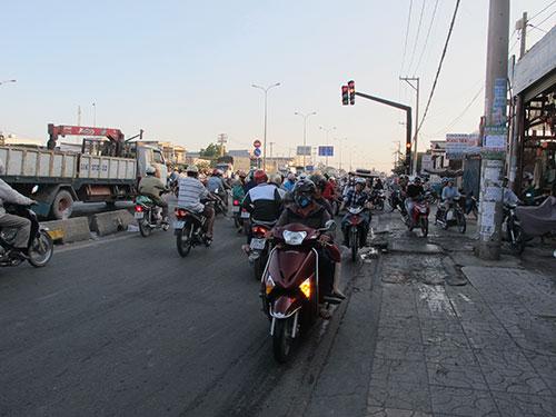 Nhiều người dân đi ngược chiều từ Quốc lộ 1 để rẽ vào đường Liên khu 4-5