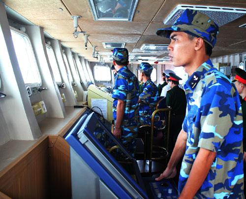Các thủy thủ chăm chú quan sát, sử dụng thành thục hải đồ điện tử, điều khiển tàu đi đúng hành trình và đến đúng vị trí phối hợp huấn luyện.