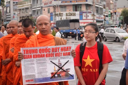 Nhân sĩ, trí thức, các tầng lớp nhân da tổ chức tôn giáo, tầng lớp nhân dân dự mít tinh phản đối Trung Quốc