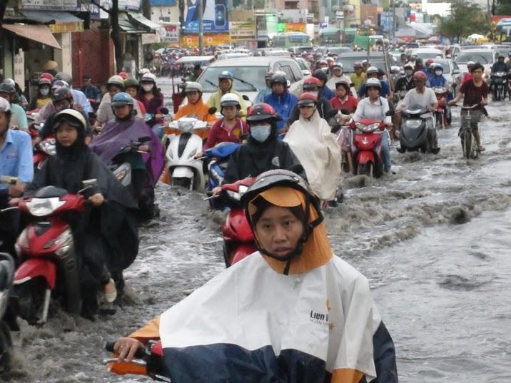 Giao thông di chuyển khó khăn trên đường Xô Viết Nghệ Tĩnh (quận Bình Thạnh).
