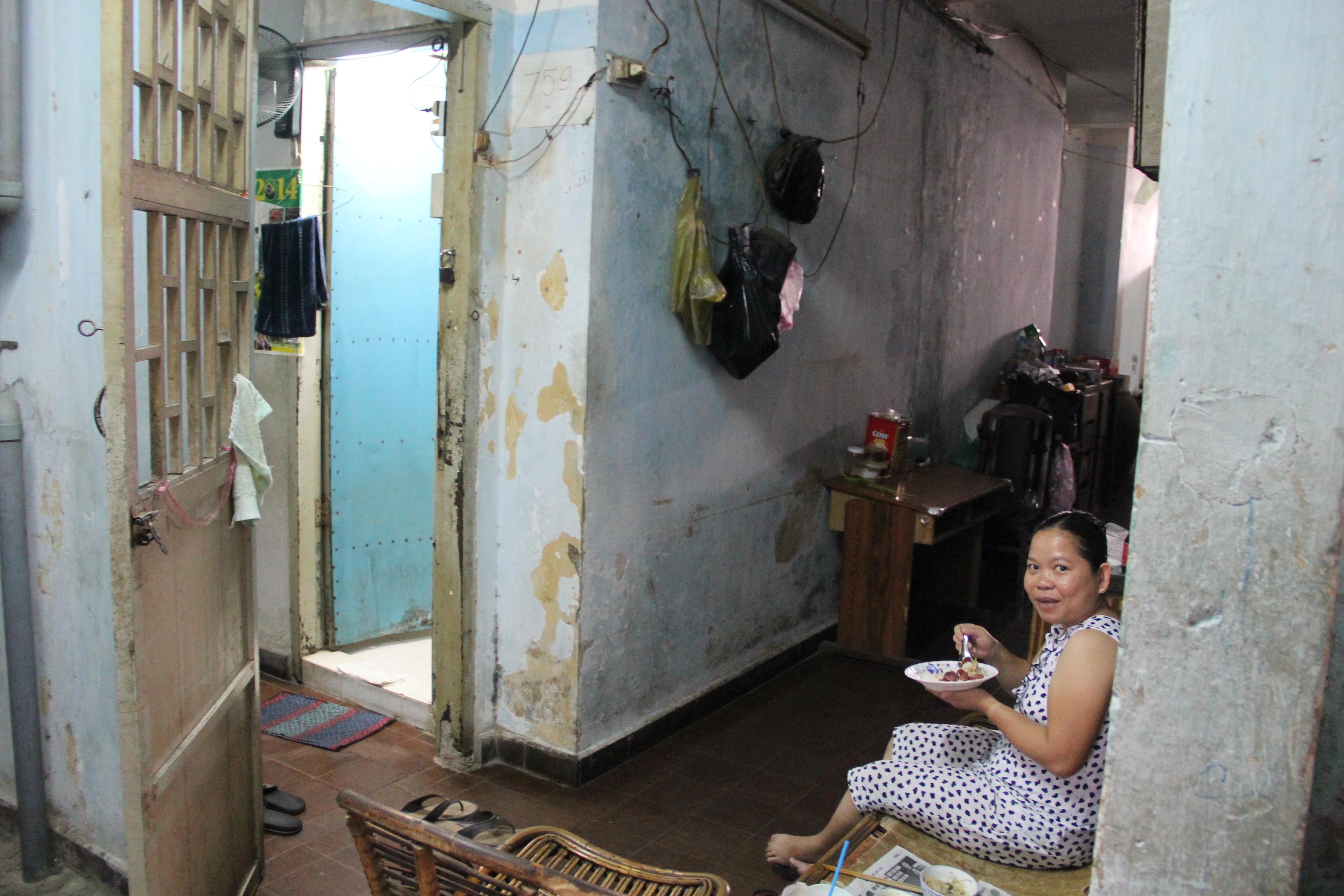 Gia đình chị Hoài gồm có 5 thành viên vẫn kiên quyết bám trụ ở lầu 11 của chung cư