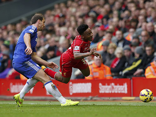 Chelsea của Ivanovic (trái) đang bất bại trên ngôi đầu Giải Ngoại hạng Anh Ảnh: REUTERS