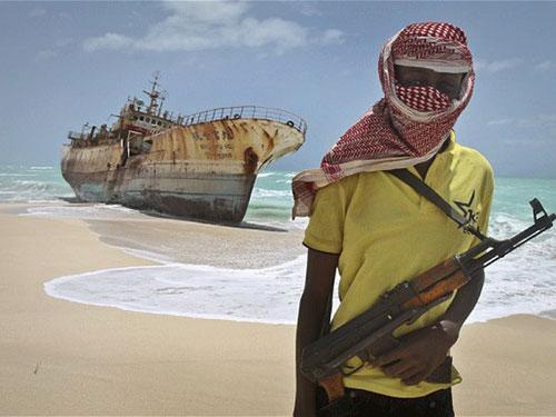 Một tay cướp biển bịt mặt canh gác một tàu đánh cá Đài Loan ở Somalia Ảnh: AP
