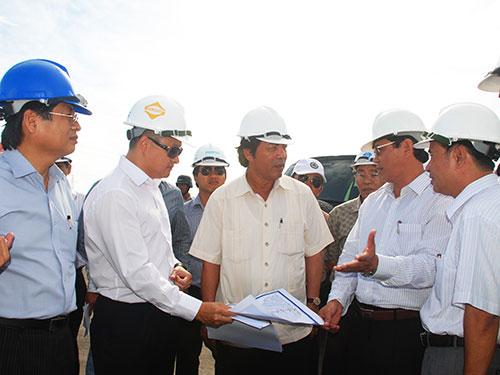 Ông Nguyễn Bá Thanh (giữa) kiểm tra một dự án ở quận Cẩm Lệ,  TP Đà Nẵng Ảnh: NGUYỄN THÀNH