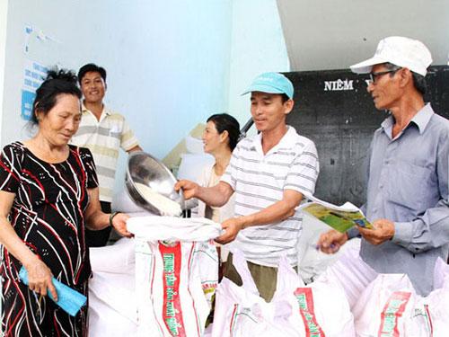 Dân nghèo xã Hòa Sơn, huyện Ninh Sơn, tỉnh Ninh Thuận nhận cứu trợ đợt 2 năm 2014Ảnh: Lê Trường