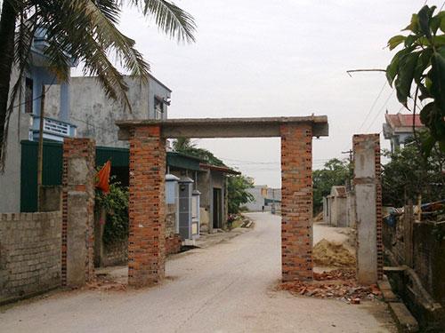 Cổng làng văn hóa ở xã Quảng Thịnh, TP Thanh Hóa đập đi xây lại rất nhiều lần vì quá hẹp và thấp