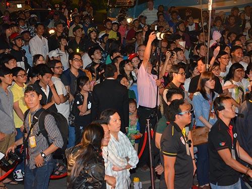 Khán giả theo dõi trước Nhà hát Thành phố