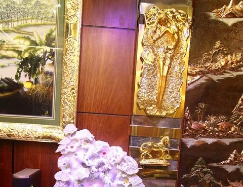 Các chi tiết mạ vàng trên tường được chăm chút kỹ lưỡng.