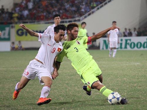 Trung vệ Miura (3) đối đầu với Văn Toàn ở trận U19 Nhật Bản thắng U19 Việt Nam 3-2 tại vòng bảng